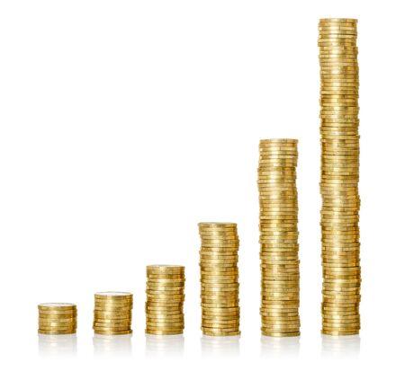 Złote stosy monet na białym tle
