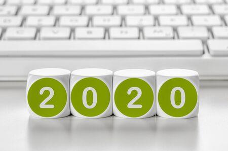 Dadi di lettere davanti a una tastiera - 2020 Archivio Fotografico