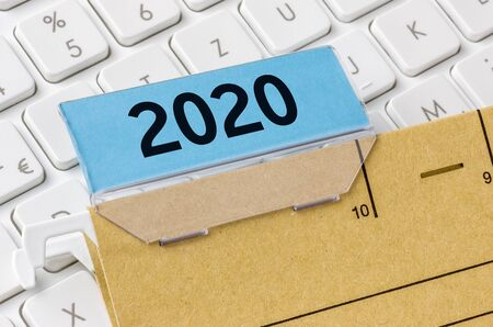 A brown file folder labeled with 2020 Banco de Imagens