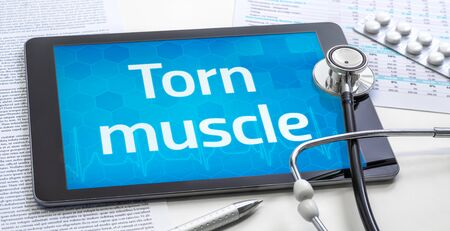 The word Torn muscle on the display of a tablet Standard-Bild
