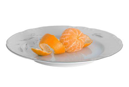 orange peel clove: Pelati tangerini sulla piastra isolati su bianco