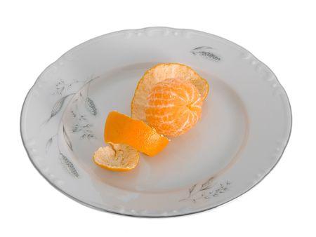 orange peel clove: Pelati tangerini sul piatto isolato su bianco