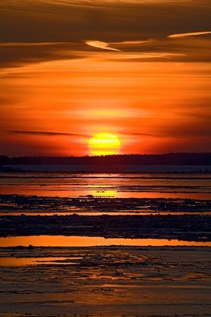 Puesta de sol y t�mpano de hielo en el mar Foto de archivo - 8354624