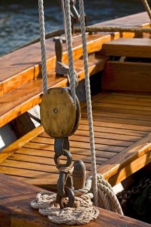 pulley: Viejo bloque de madera con una cuerda.