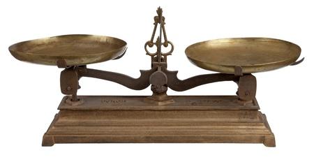 balanza en equilibrio: Antigua escala con fondo blanco