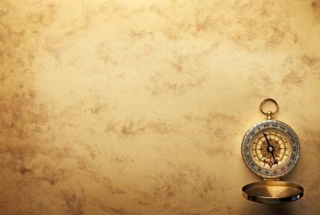 Gros plan sur la boussole sur le vieux papier de fond