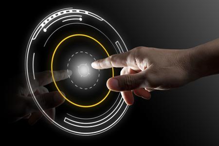黒の背景を持つ仮想ボタンにタッチする指 写真素材
