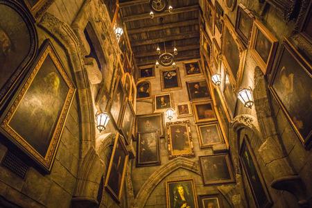 Osaka, Japan - 17. November 2018: Besuch des Hogwarts Castle Walk, im Inneren befindet sich der bewegliche Porträtkorridor, einige Porträts sind animiert, einige sind Standardgemälde im Universal Studio Japan (USJ). Editorial