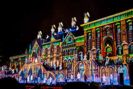 """Osaka, Giappone - 18 novembre 2018: Uno spettacolo natalizio speciale chiamato """"il dono degli angeli"""", è un mix di proiezioni video sulle facciate degli edifici con attori dal vivo che ballano e cantano."""