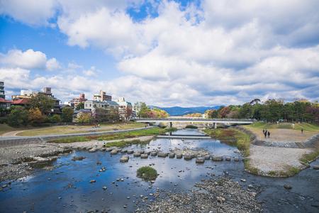 鴨川に翻訳する鴨川は京都府全域を走っています。京都盆地から南下する淀川まで、長い川が流れています。