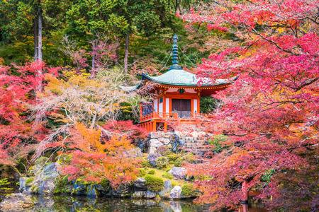 Kioto, Japonia - 23 listopada 2018: Bentendo Hall słynie z pięknych kolorowych liści jesienią, kiedy klony i miłorzęby zmieniają kolor na czerwony i żółty. Publikacyjne