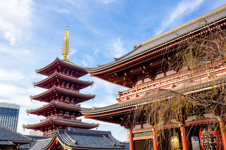 Tokyo, Japan - November 28, 2018: This five-storied pagoda at Sensoji temple is one of the most famous in Japan. Destroyed in the war, the buildings are relatively recent reconstructions. 新聞圖片