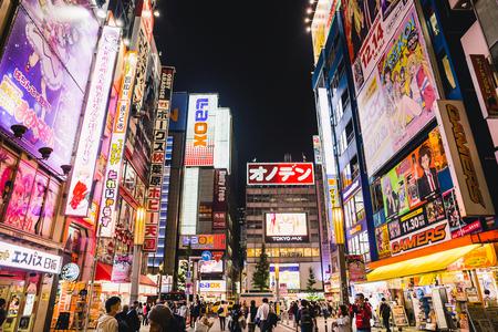 Tokio, Japan - 28. November 2018: Akihabara wird von vielen als Otaku-Kulturzentrum und Einkaufsviertel für Videospiele, Anime, Manga und Computerwaren angesehen. Editorial