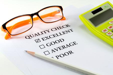 ottimo: Carta con controllo qualità della parola e matita bianca con occhiali da vista con marchio eccellente Archivio Fotografico