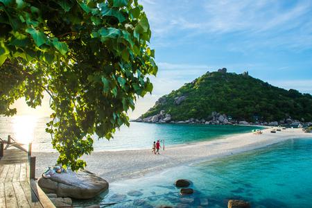 2 人の恋人は、日没、タオ島、サムイ島、パンガン島近くの島 Nangyaun 小さな島の中にビーチを歩いて手をかざしてください。 写真素材