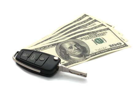 車の鍵、白で隔離されるドル。