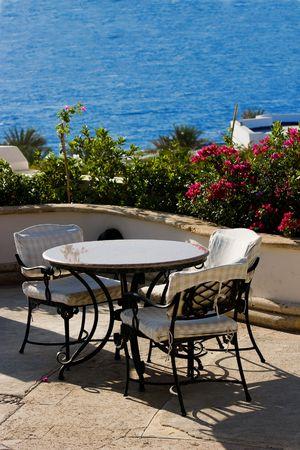 海の側のカフェで空のテーブルです。 写真素材
