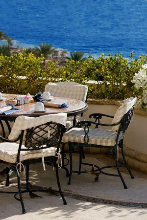 海の側にカフェのテーブル。