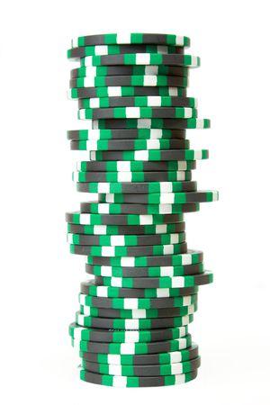 白い背景で隔離のカジノ チップのスタック
