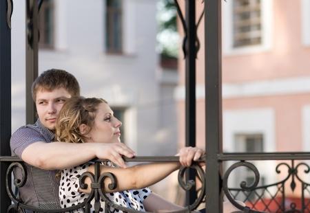 tuinhuis: Mooie jonge paar met een rust in een zomerhuis