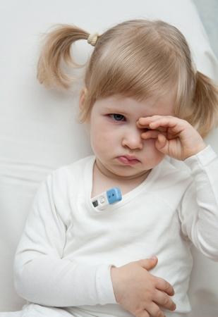 enfant malade: B�b� fille prend la temp�rature Banque d'images