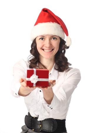 positiveness: Feliz bella joven que ofrece un presente en el cuadro rojo aislado en blanco