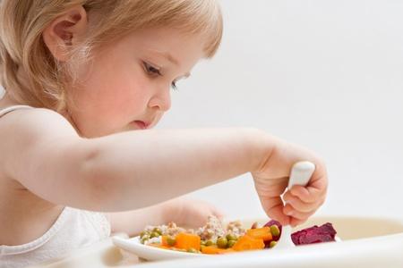 niños comiendo: Alimentación saludable para un bebé