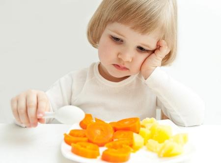plato del buen comer: La ni�a no come las verduras.