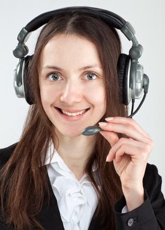 call center agent: Chiama center agent; donna di servizio clienti degli operatori con auricolare sorridendo e guardando a porte chiuse Archivio Fotografico