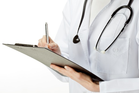 consulta médica: Médico con el estetoscopio por escrito en una tablilla, de cerca de médico