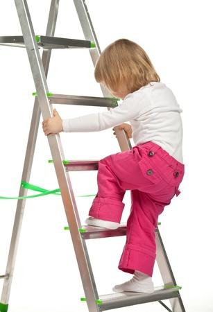 bajando escaleras: El beb� sonriente ni�a caminando por la escalera en el fondo blanco