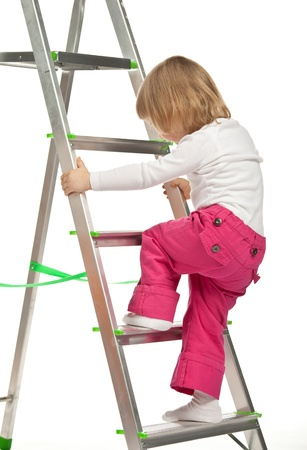 danger: La bambina sorridente a piedi fino alla scala a pioli su sfondo bianco