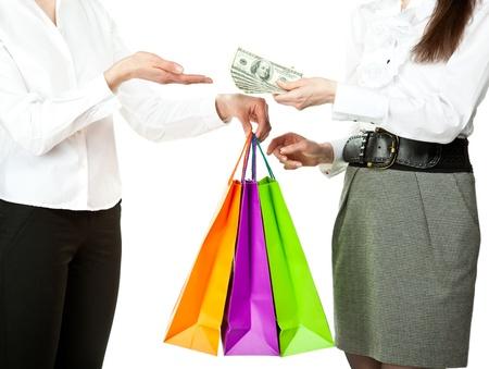 buen trato: Compras  adquisici�n  compra de concepto: mujer joven de comprar algo en bolsas de papel y el pago de dinero al vendedor, aislado en blanco