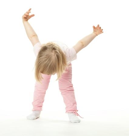 굽힘: 스포츠 운동을하는 작은 아기 소녀; 흰색 배경