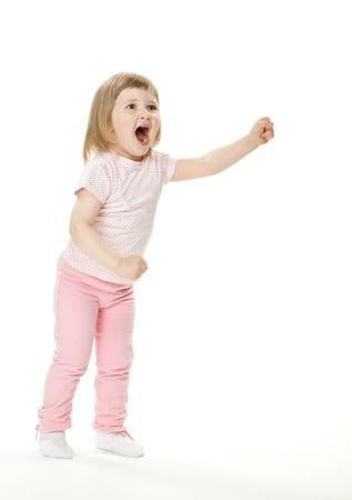 Drôle petite fille exiger quelque chose; fond blanc