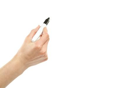Gros plan d'une écriture à la main humaine avec un marqueur isolé sur fond blanc; l'espace de copie