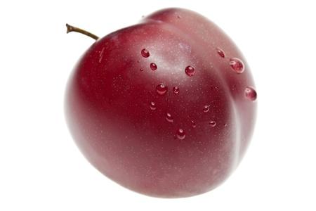 plum: Ciruela con gotas aisladas sobre fondo blanco, disparo macro