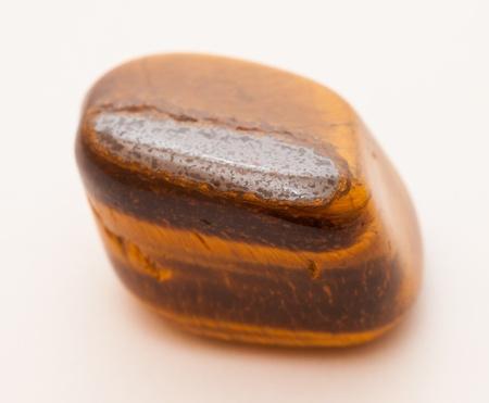 Minérale de Tigre-oeil isolé sur un fond blanc