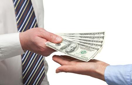 salaires: Les mains de l'homme �changer de l'argent sur fond blanc