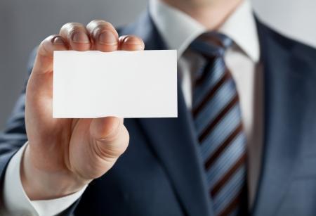 hand business card: L'uomo in possesso di un biglietto da visita Archivio Fotografico