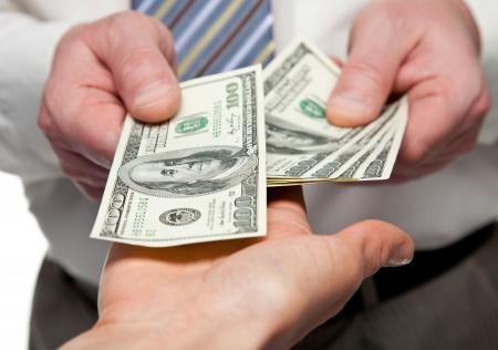 payout: Las manos humanas intercambio de dinero - tiro del primer Foto de archivo
