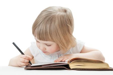 Aandachtig meisje het schrijven van brieven met een pen; witte achtergrond