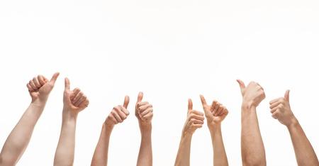 Vele handen waaruit blijkt duim omhoog tekenen op een witte achtergrond Stockfoto