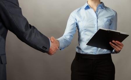 honestidad: Apret?n de manos de socios de negocios - el hombre y la mujer