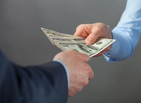 cash money: Las manos humanas intercambio de dinero - tiro del primer Foto de archivo