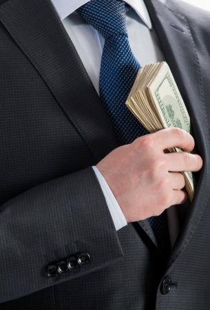 bolsa dinero: Empresario poner dinero en el bolsillo - primer disparo Foto de archivo