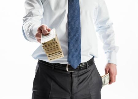 Zakenman biedt geld aan u op een witte achtergrond Stockfoto