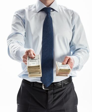Zakenman die geld aan u op een witte achtergrond Stockfoto