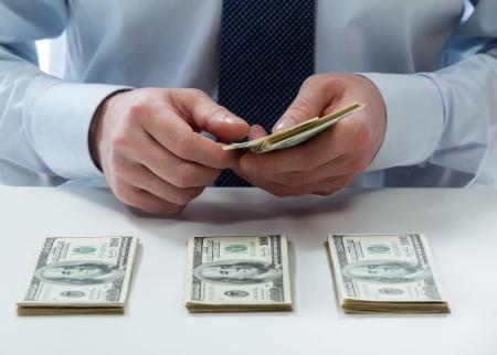 Handen bankbediende's tellen dollar-biljetten op de tafel