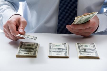 테이블에 달러 지폐를 세는 은행 창구 직원의 손